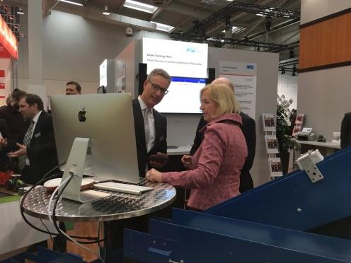 Frau Prof. Johanna Wanka, Bundesministerin für Wissenschaft und Kultur, am Smart-Farming-Welt Stand (Copyright: DFKI