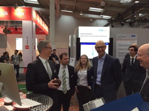 Herr Timotheus Höttges, Vorstandsvorsitzender der Deutschen Telekom AG, am Smart-Farming-Welt Stand (Copyright: DFKI)